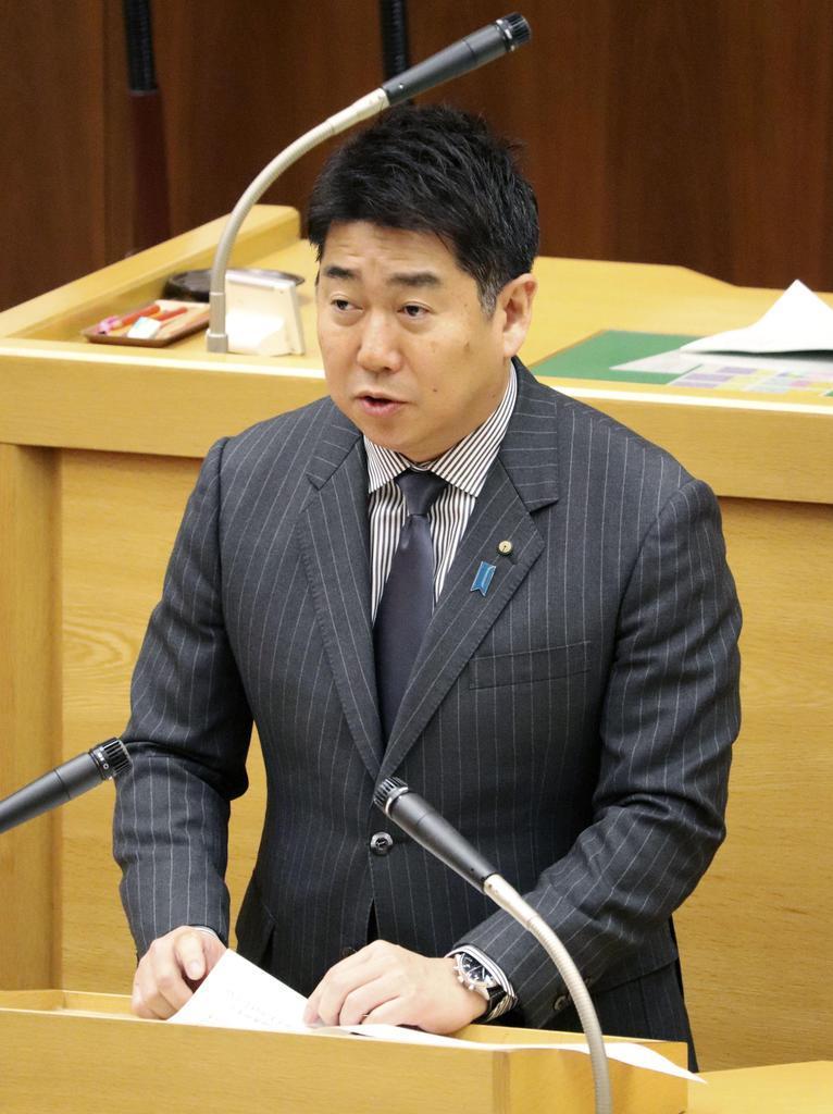 川崎市議会で発言する福田紀彦市長=25日午前