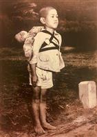 「千の言葉よりも多くを語る」教皇が配布指示 写真「焼き場に立つ少年」に注目、長崎で調査…