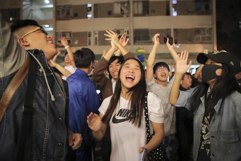 選挙結果に喜びの声を上げる香港市民(AP)