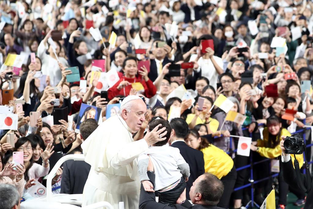 ミサのため東京ドームに入場するローマ教皇フランシスコ=25日午後、東京都文京区(桐山弘太撮影)
