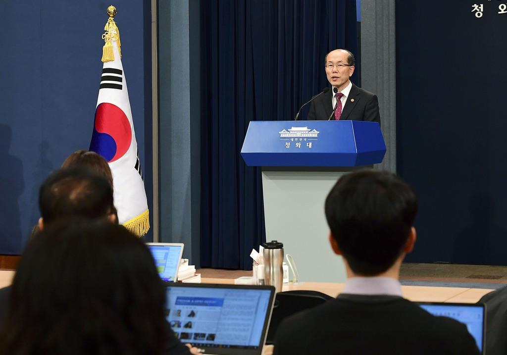 日韓の軍事情報包括保護協定(GSOMIA)について記者会見する韓国大統領府の金有根・国家安保室第1次長=22日、ソウル(共同)