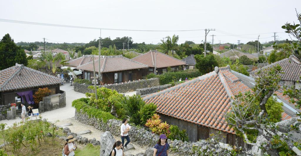 赤瓦屋根の平屋が立ち並ぶ集落=10月、沖縄県竹富町