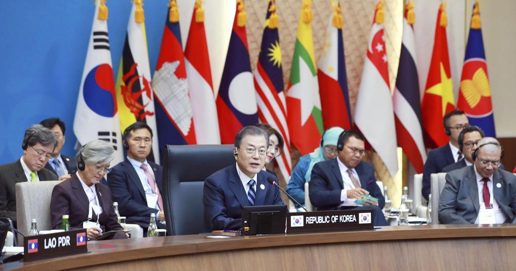 韓国と東南アジア諸国連合(ASEAN)の特別首脳会議で発言する文在寅大統領(中央)=26日、韓国・釜山(聯合=共同)