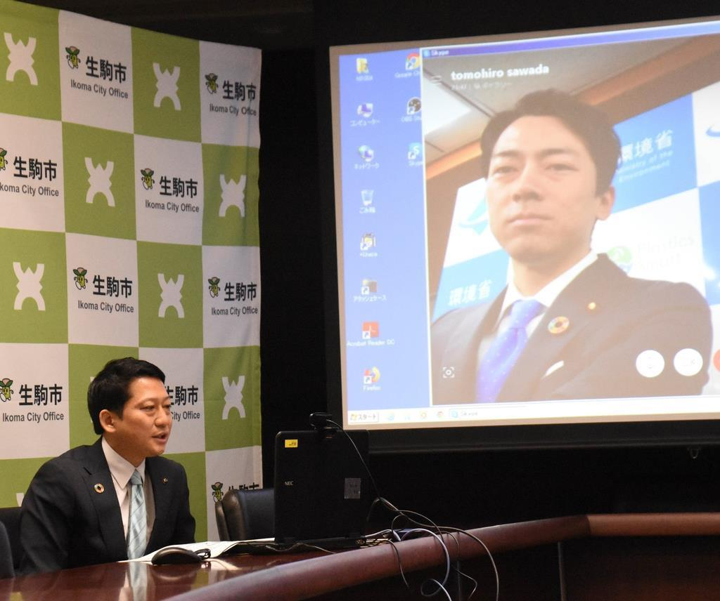 会談する奈良県生駒市の小紫雅史市長(左)と小泉環境相=26日午前、生駒市