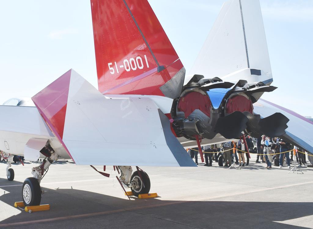 初公開された実験機X-2のエンジン後部。推力変更パドルの形状がよくわかる(岡田敏彦撮影)