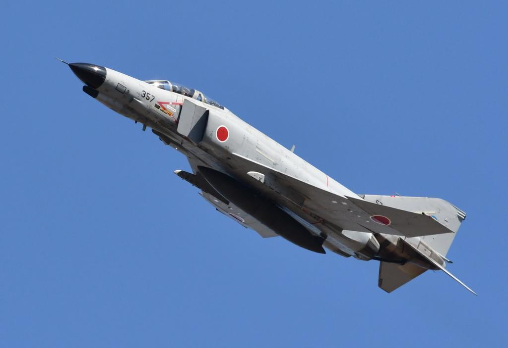 岐阜基地航空祭で例年通りの迫力ある飛行を見せたF-4EJファントム2戦闘機。2021年3月までに全機の退役が決まっており、航空祭で飛行を見られるチャンスは残り少ない(岡田敏彦撮影)
