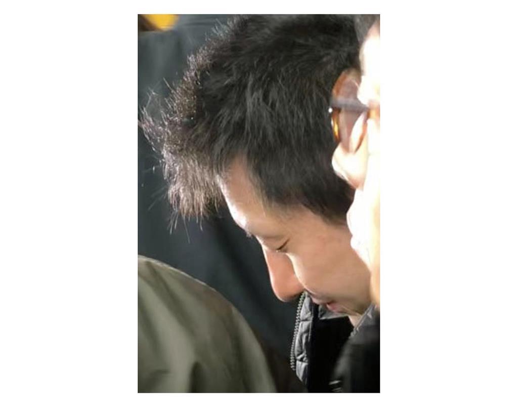 栃木県小山市内から大阪へ向けて移送される伊藤仁士容疑者=24日午前