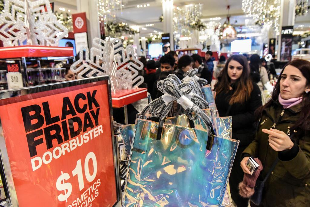 ブラックフライデーの売り出しで買い物する人々=米ニューヨーク(ロイター)