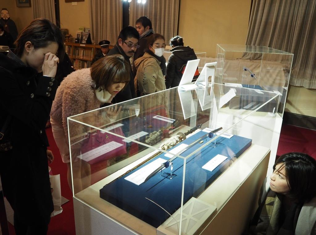 今回寄贈される日本刀を展示した刀剣展には多くの刀剣女子が訪れた=昨年2月、足利市昌平町の史跡足利学校