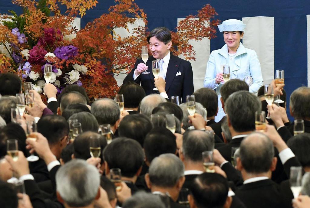 茶会の招待者と乾杯される天皇、皇后両陛下=28日午後、京都市上京区の京都御所(代表撮影)