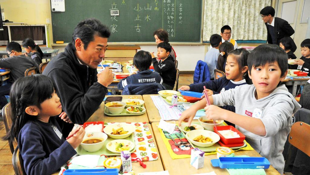 食物アレルギーなどに配慮した給食を食べる児童たち=28日、茨城県常総市(篠崎理撮影)