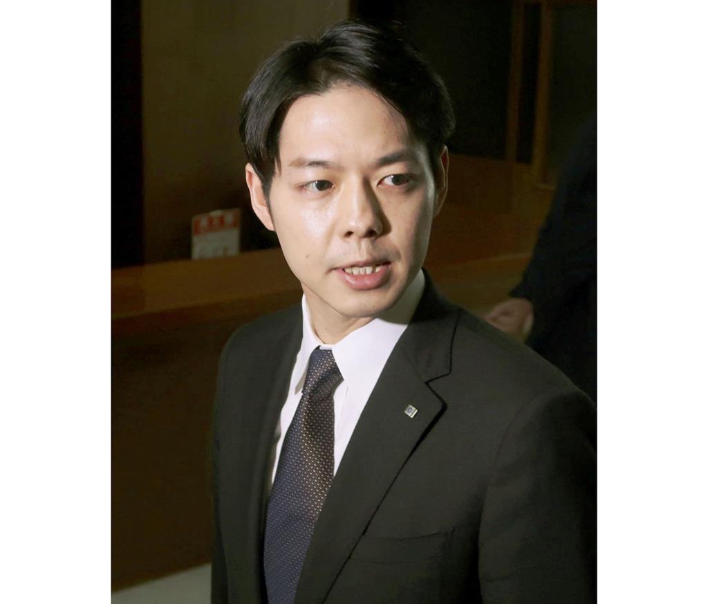 北海道庁に登庁し、取材に応じる鈴木直道知事=28日午前