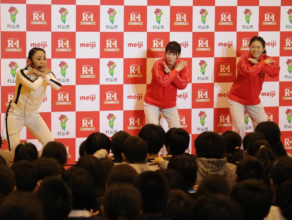体操で「うがい」のポーズを示す吉田沙保里さん(中)、澤穂希さん(右)=27日、山形県村山市(柏崎幸三撮影)
