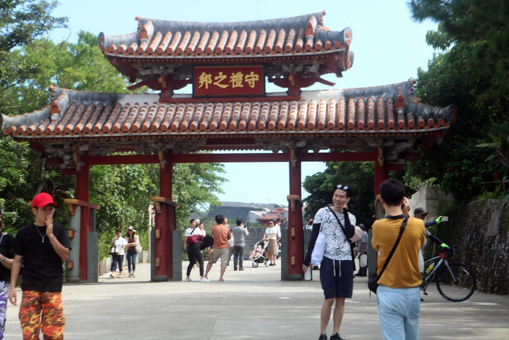 首里城火災後も多くの観光客が訪れる守礼門(那覇市の首里城公園)