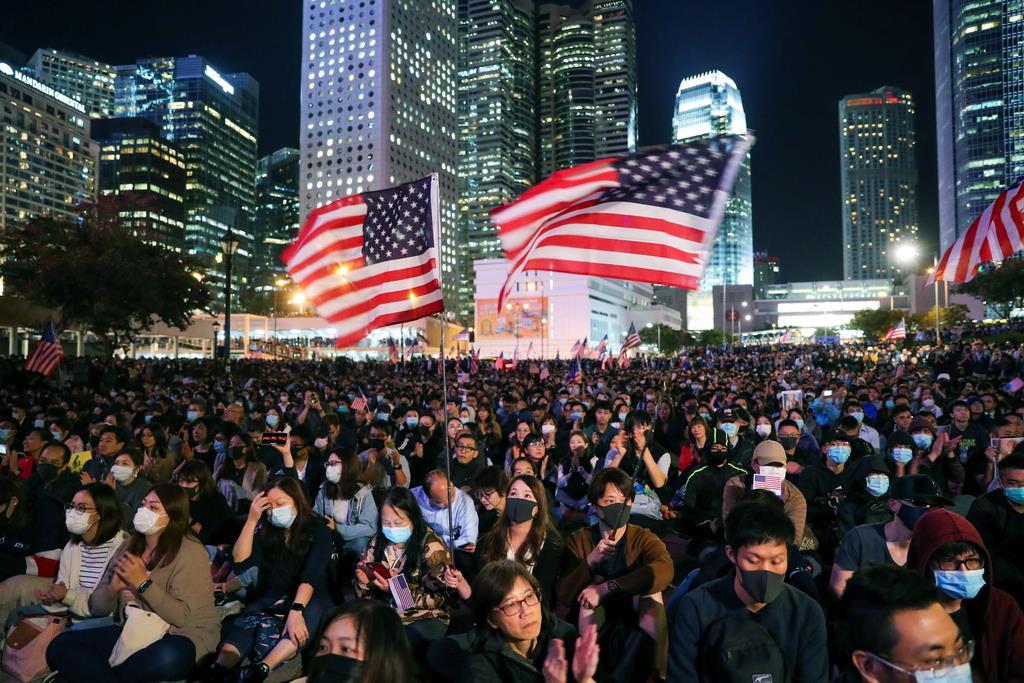 星条旗を手にエディンバラ広場に集まるデモ隊=28日、香港(ロイター)