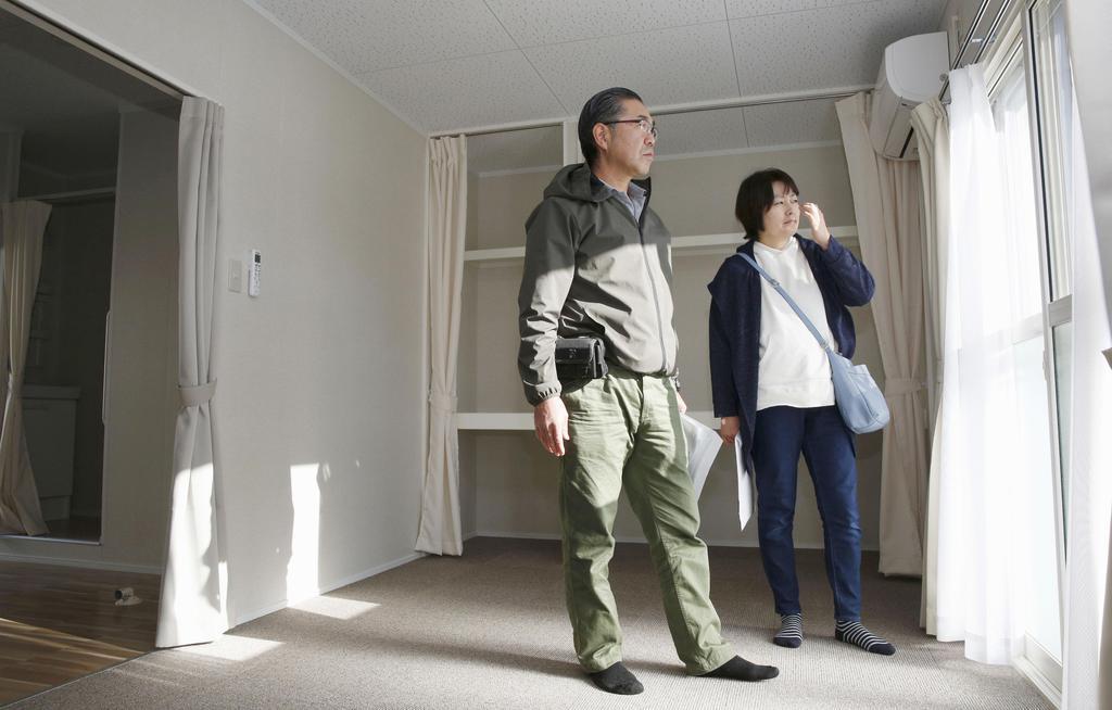 台風19号被災者向けの仮設住宅への入居が始まり、部屋を訪れた鎌田真智子さん(右)夫妻=29日午前、宮城県大郷町