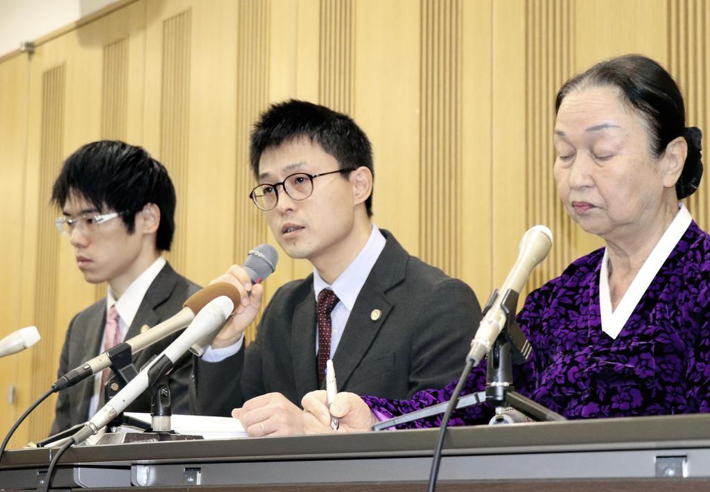記者会見する朝鮮学校側弁護団の冨増四季弁護士(中央)ら=29日、京都市