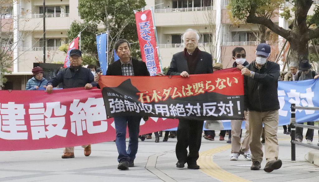 石木ダムの事業認定取り消し訴訟の控訴審判決で、福岡高裁に向かう原告ら=29日午後