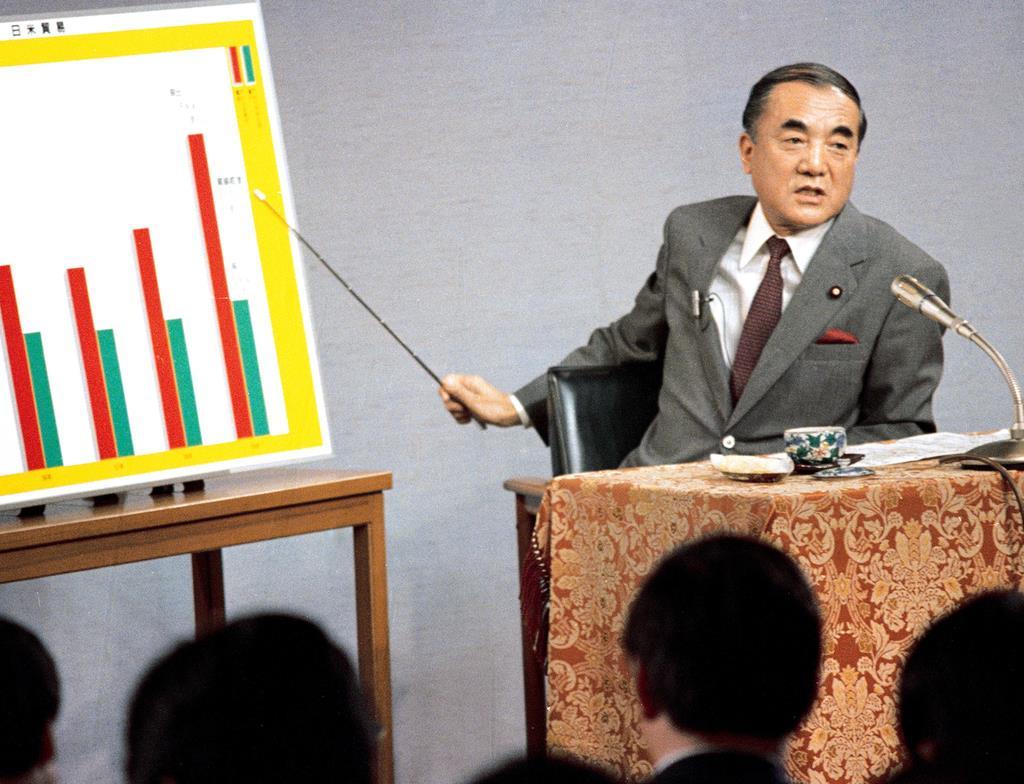 昭和60年4月、記者会見でパネルを使って市場開放策を説明する中曽根康弘首相=首相官邸