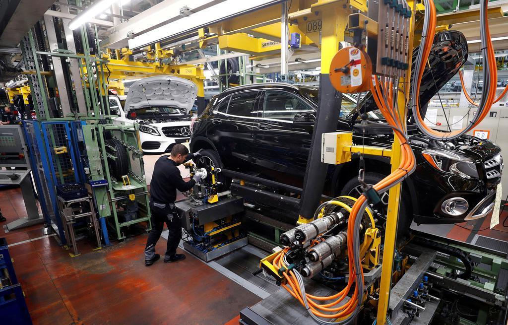 ドイツ南西部ラシュタットのダイムラー工場で生産されるメルセデス・ベンツ車=2月(ロイター)