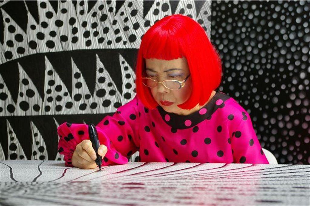 映画「草間彌生∞INFINITY」の一場面。 Artist Yayoi Kusama drawing in KUSAMA - INFINITY. (C) Tokyo Lee Productions, Inc. Courtesy of Magnolia Pictures.
