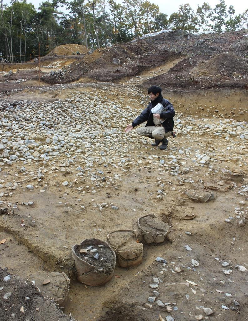 造り出し部分には、円筒埴輪列や葺き石が残っていた=奈良市の富雄丸山古墳