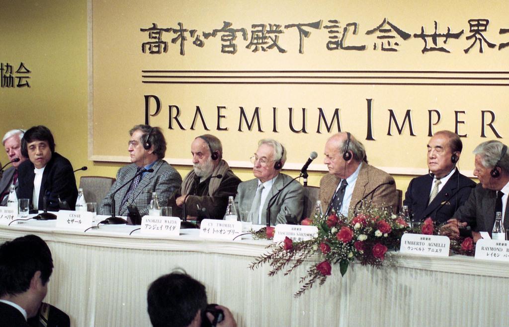 第8回世界文化賞の受賞者会見に臨む中曽根康弘氏(右から2人目)、安藤忠雄氏(左から2人目)、アンジェイ・ワイダ氏(左から5人目)=平成8年10月24日