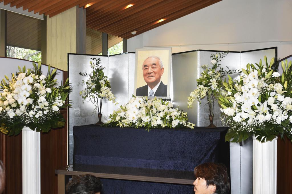 中曽根康弘元首相が死去したことを受け、青雲塾会館に設置された祭壇に飾られた遺影=29日午後、群馬県高崎市