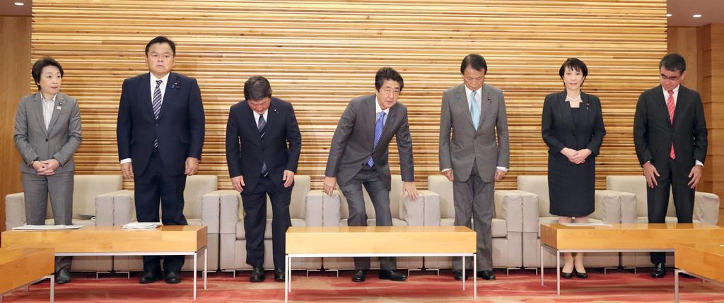 閣議に臨む河野太郎防衛相(右)。中央は安倍首相=29日午前、首相官邸(春名中撮影)