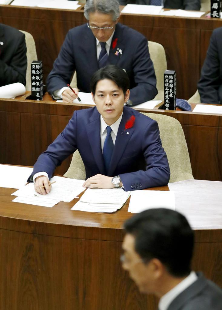 北海道議会の一般質問に臨む鈴木直道知事(中央)=29日午前