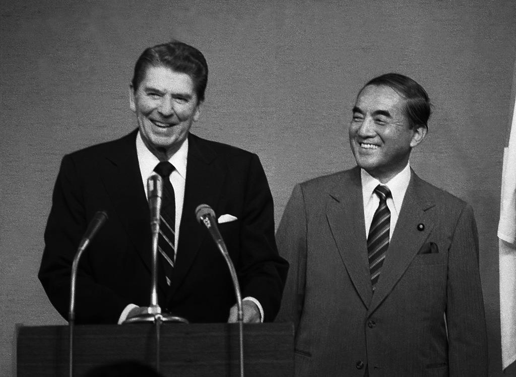 首脳会談が終わって会見に臨むレーガン米大統領(左)と中曽根康弘元首相=昭和58年11月10日、東京・首相官邸