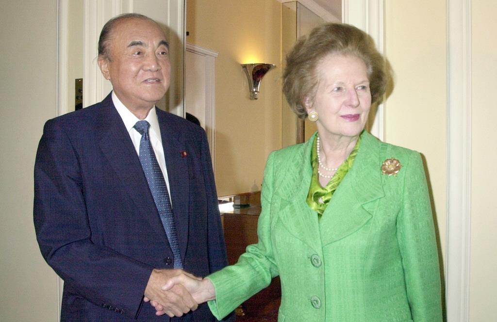 訪英中の中曽根康弘元首相とサッチャー元英首相(右)=2000年7月