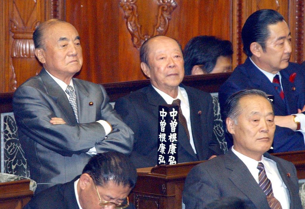 衆院本会議 次回選挙も出馬予定の長老組、中曽根康弘元首相(左、85歳)と宮沢喜一元首相(中央、84歳)=平成15年10月10日