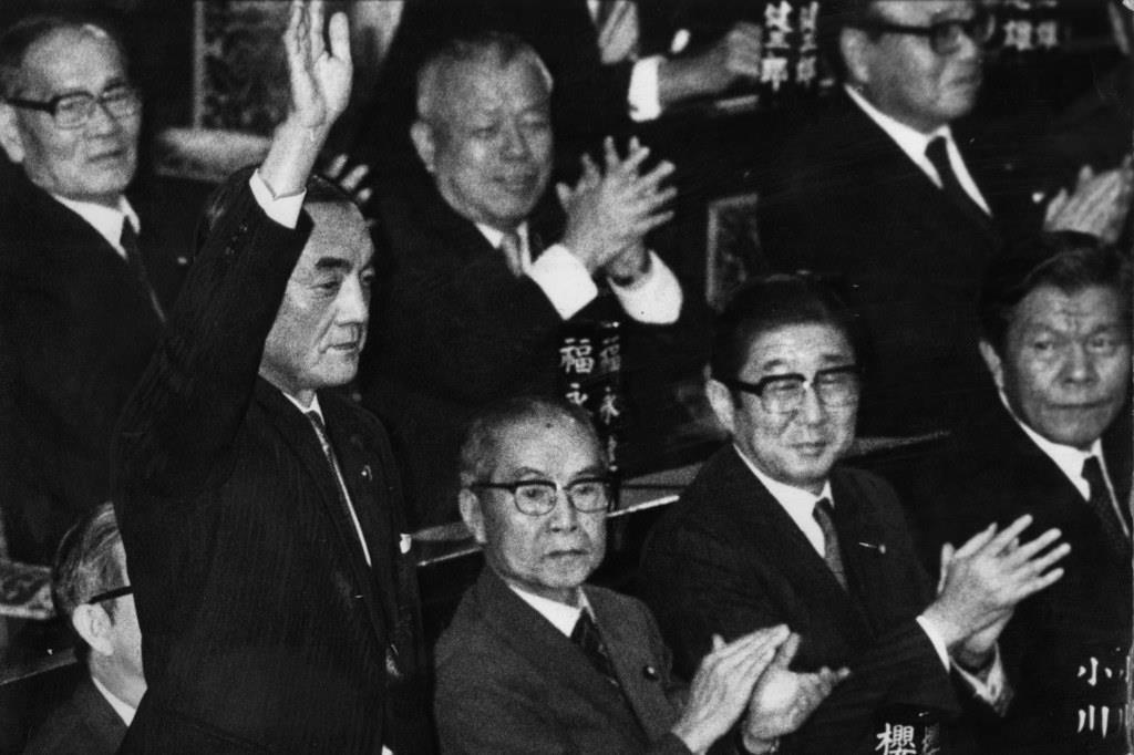 第71代首相指名を受け、議席で手を挙げて応える=昭和57年、衆院本会議場