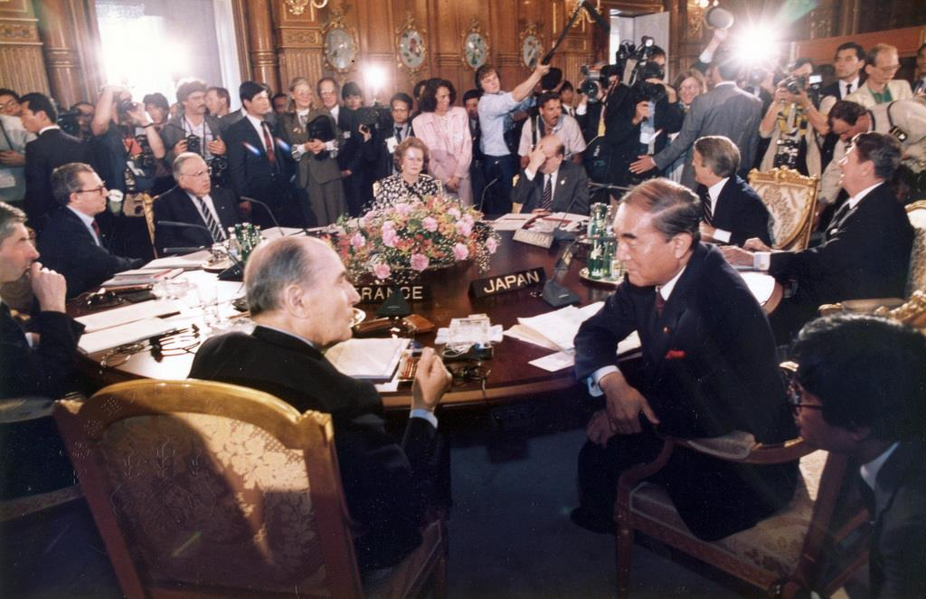 昭和61年5月、議長を務めた東京サミットでフランスのミッテラン大統領(手前左)と会話する中曽根康弘首相(同右)=東京・元赤坂の迎賓館