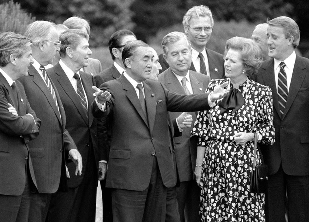 昭和61年5月、東京サミットで記念撮影後に各国首脳と話す中曽根康弘首相(中央)=東京・元赤坂の迎賓館