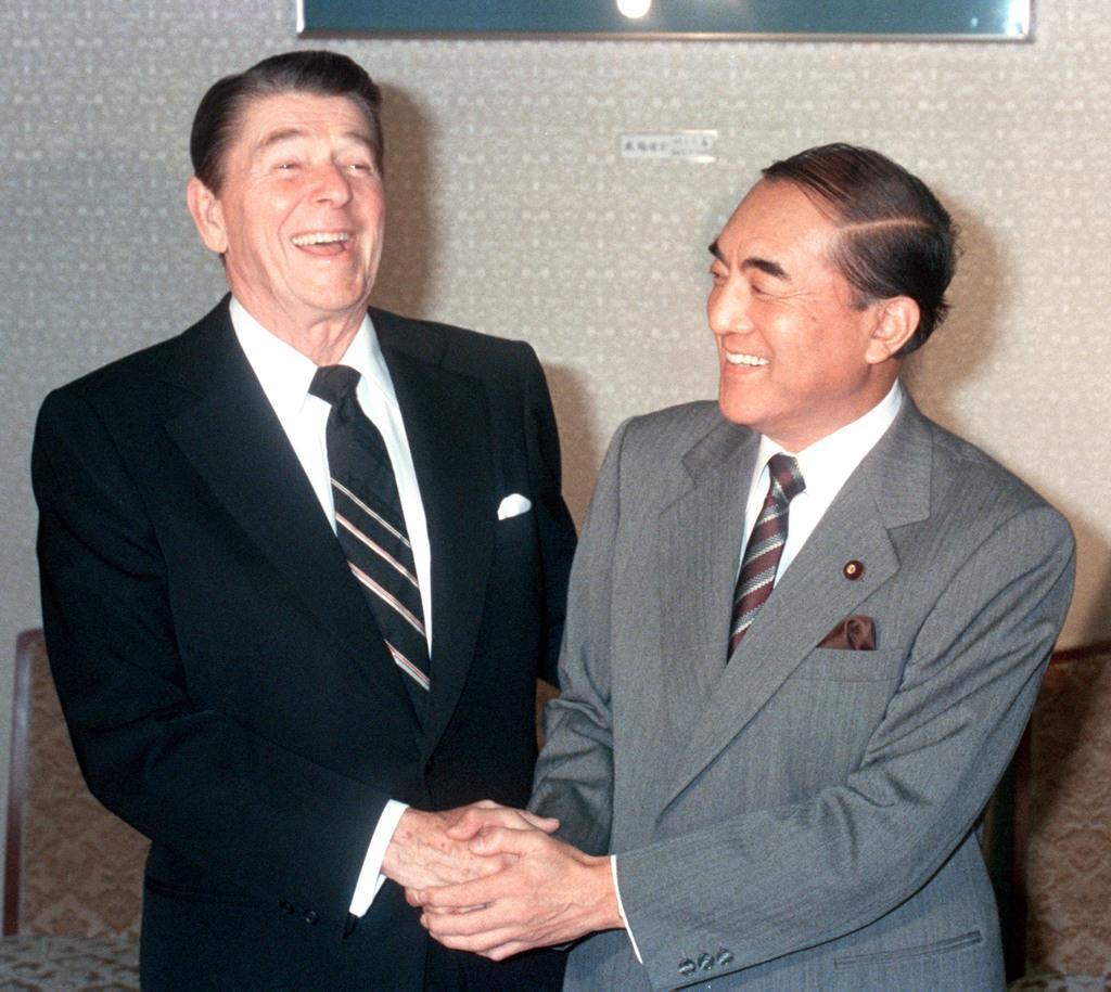 昭和58年11月、日米首脳会談でレーガン米大統領(左)と笑顔で握手する中曽根康弘首相=首相官邸