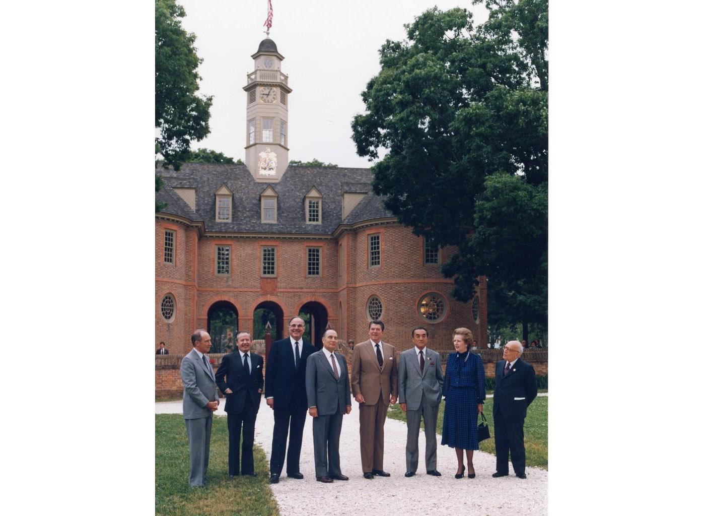 1983年5月、ウィリアムズバーグ・サミットの記念撮影に臨むG7首脳ら。右から3人目が中曽根康弘首相。左隣はレーガン米大統領、フランスのミッテラン大統領(中曽根康弘事務所提供)