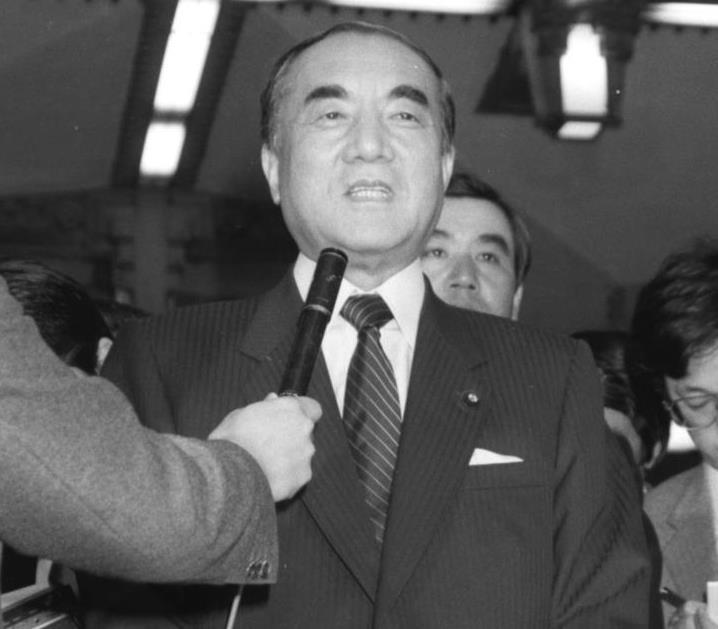 昭和62年3月31日、JR発足を前に記者団に囲まれる中曽根康弘首相=首相