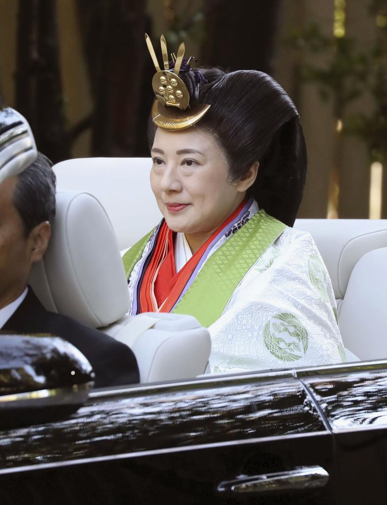 オープンカーに乗り、伊勢神宮内宮の参拝に向かわれる皇后さま=23日午前、三重県伊勢市(代表撮影)