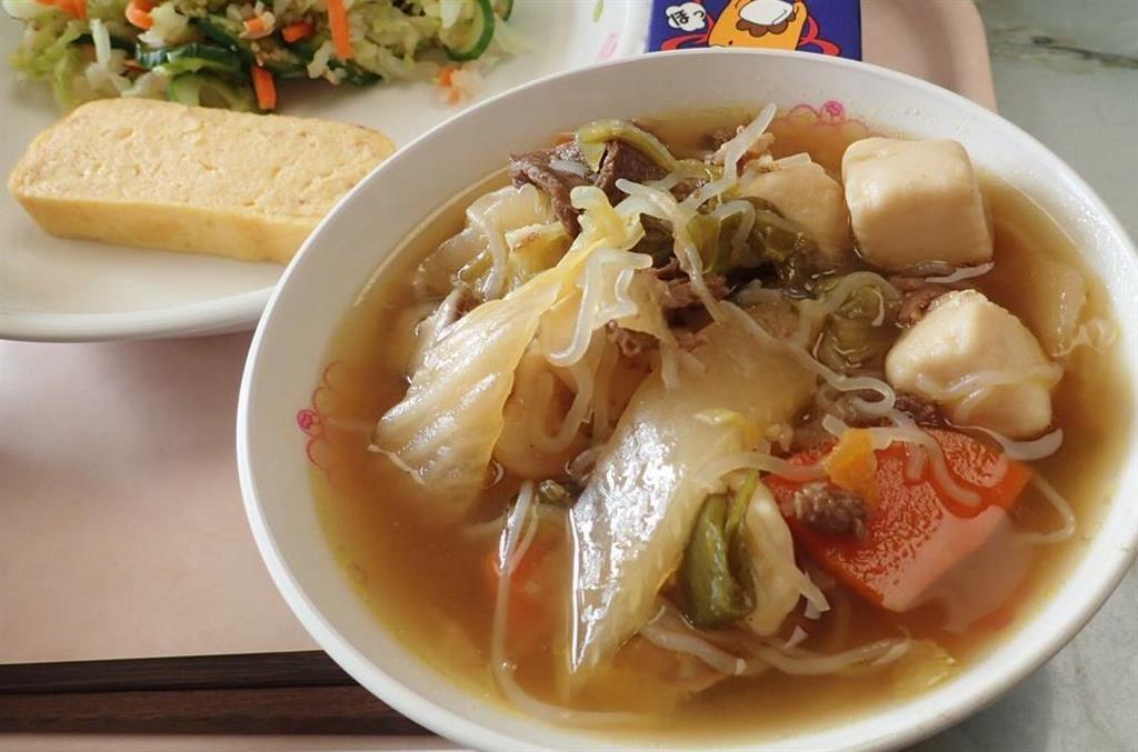 メニューにすき焼きが提供された昨年の給食(県提供)