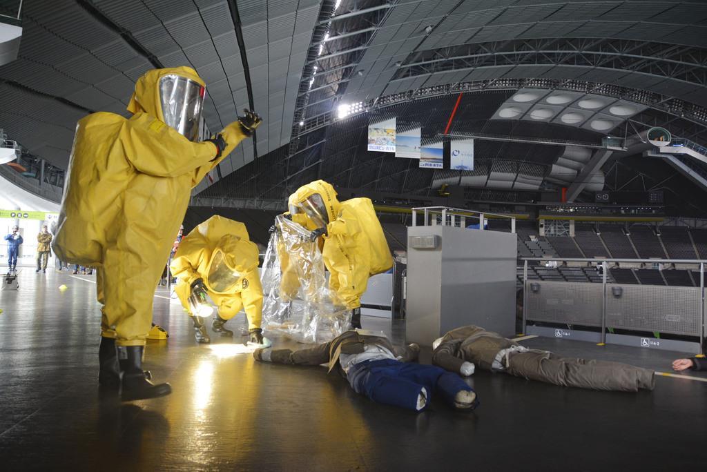 札幌ドームでテロがあったとの想定で行われた訓練=29日午前、札幌市