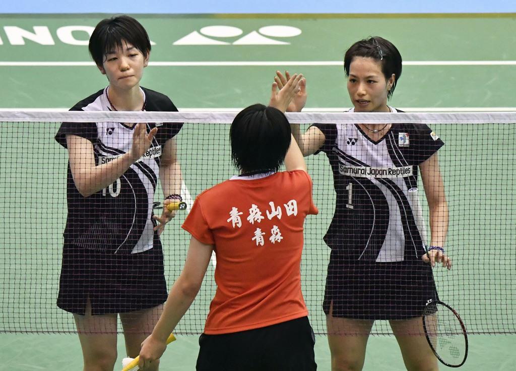 女子ダブルス準々決勝で勝利し対戦相手とタッチする福島(右)、広田組=駒沢体育館