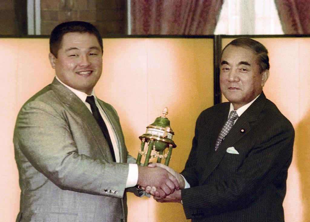 1984年10月、国民栄誉賞授与式で山下泰裕選手(左)に置き時計を贈る中曽根康弘首相=首相官邸