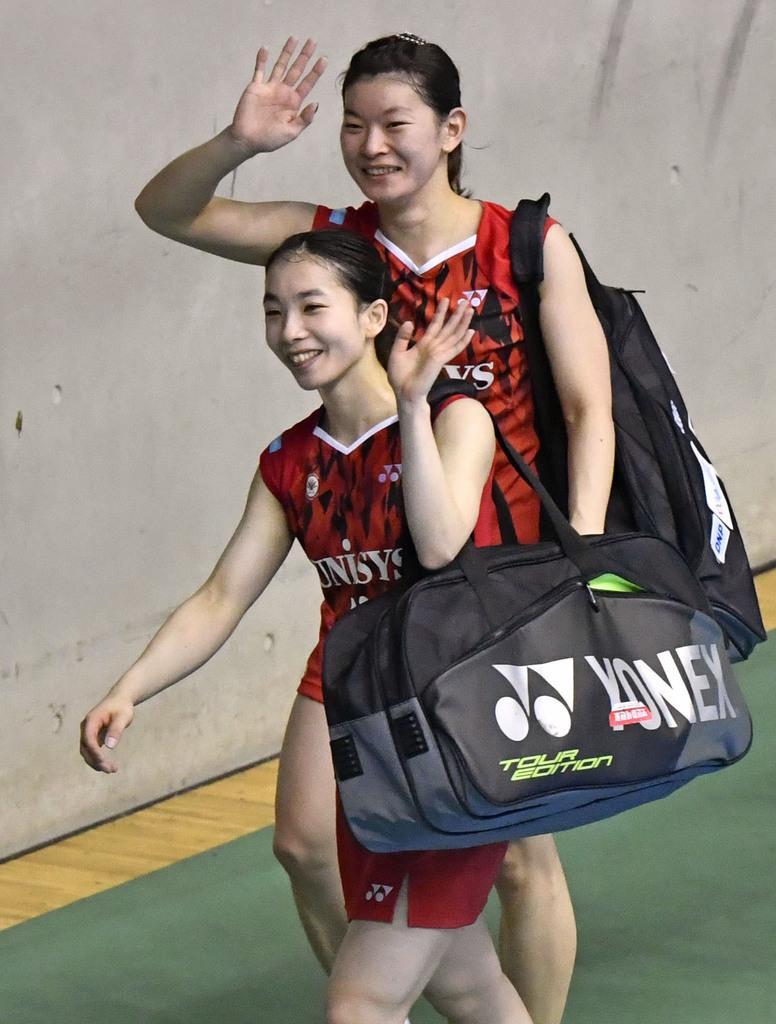 女子ダブルス準々決勝で勝利し、歓声に応える高橋礼(上)、松友組=駒沢体育館