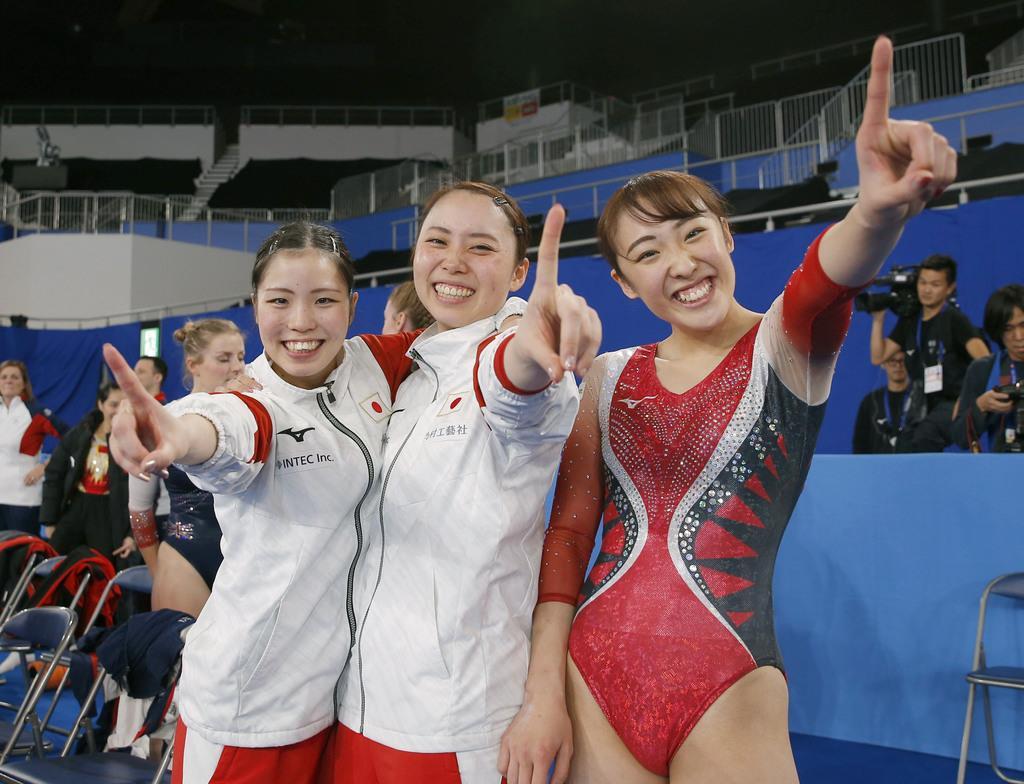 女子団体で優勝して喜ぶ日本の佐竹、土井畑、森(左から)=有明体操競技場