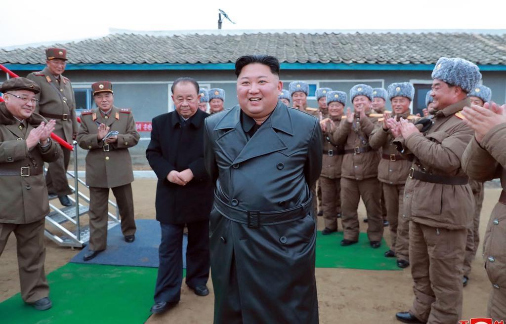 超大型ロケット砲の試射を視察する金正恩朝鮮労働党委員長。日時は不明=28日、北朝鮮(朝鮮中央通信=ロイター)