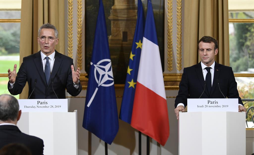 28日、フランス・パリでマクロン大統領(右)と共同記者会見に臨むNATOのストルテンベルグ事務総長(AP)