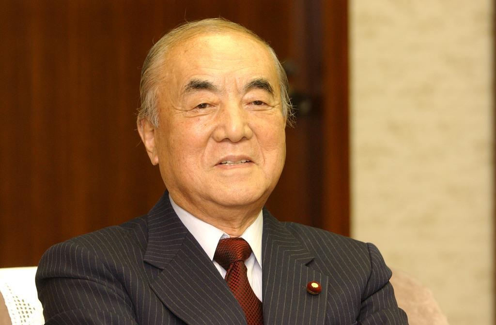 インタビューに応じる中曽根康弘元首相=平成15年2月21日
