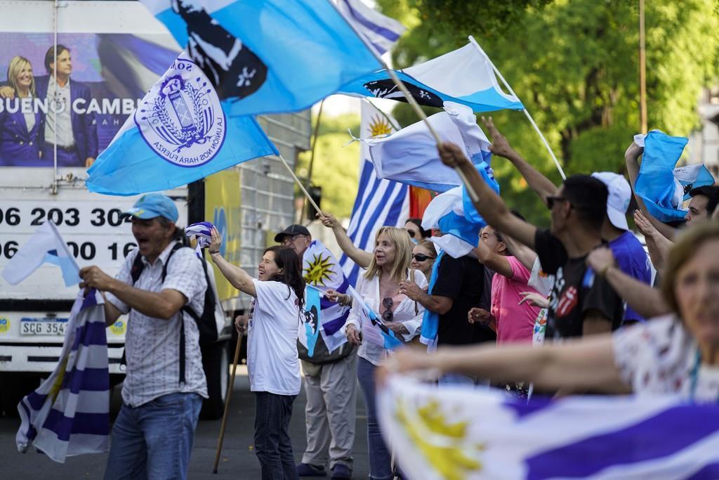 28日、南米ウルグアイの大統領選でラカジェポー前上院議員を支持した有権者(AP)